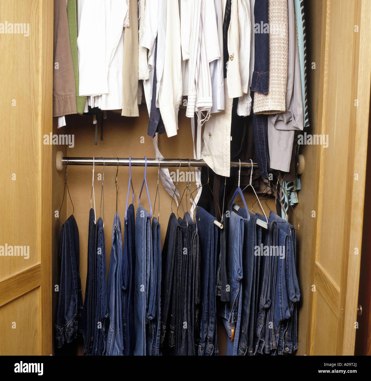 Schrank Zum Aufhängen eine auswahl von jeans und t-shirts im schrank aufhängen stockfoto