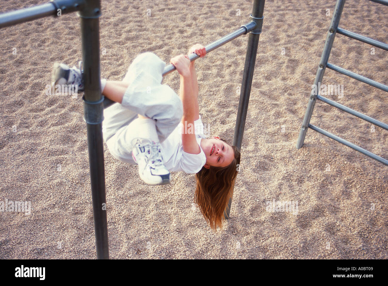 Klettergerüst Schulhof : Junge mädchen hängt vom klettergerüst auf einem schulhof hof