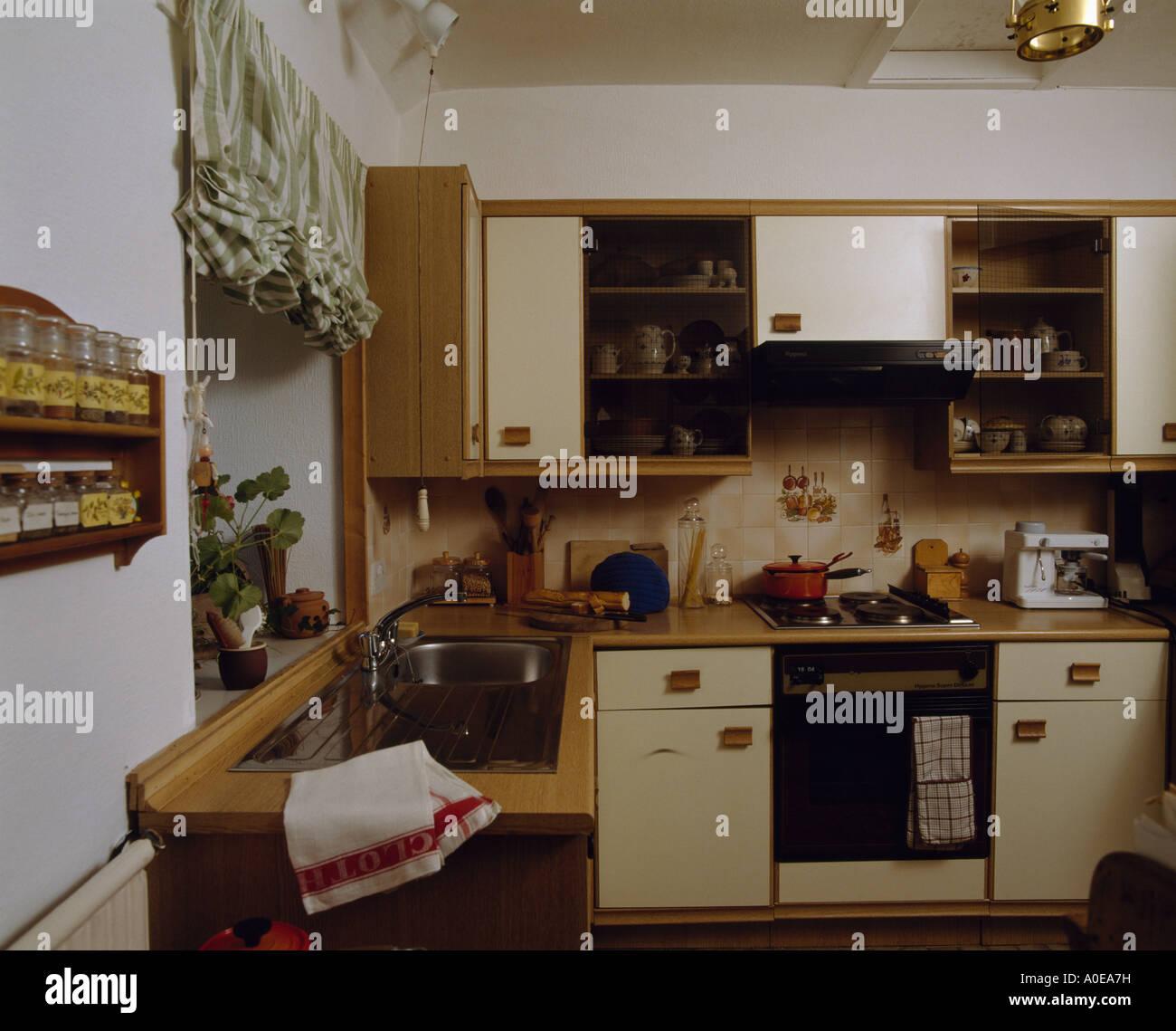 70er Jahre Küche mit Backofen Stockfoto, Bild: 9969652 - Alamy
