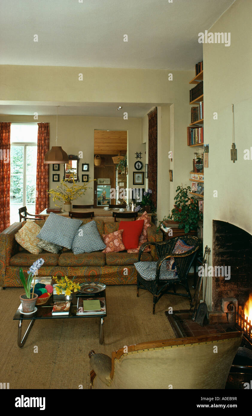 Kissen auf Sofa im 80er Jahre Wohnzimmer Stockfoto, Bild: 9970018 ...