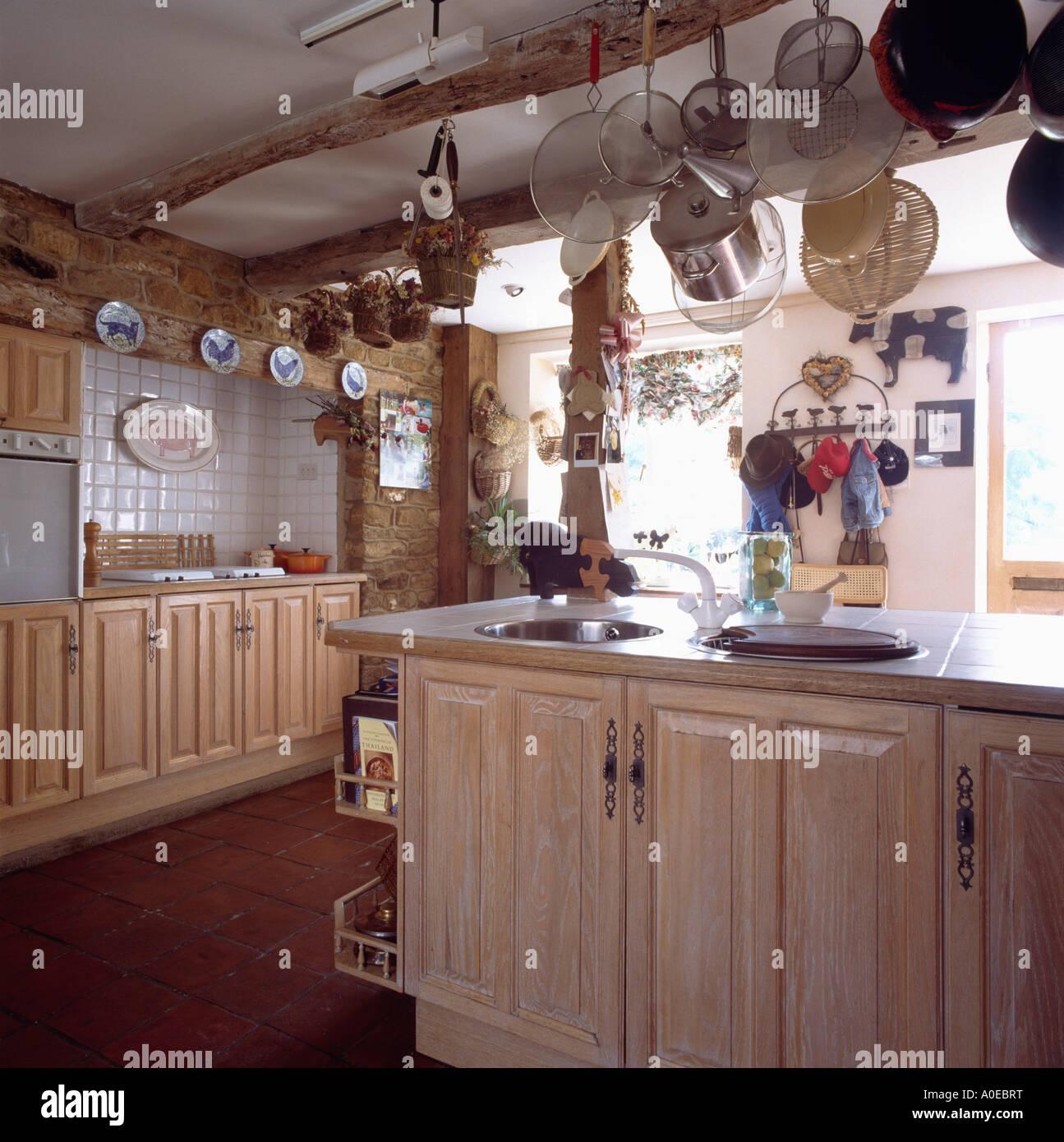 Land-Cottage-Küche mit Holz Einheiten und Pan Rack ...