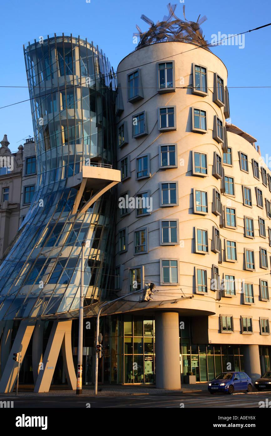 Moderne architektur ber hmte geb ude tanzende haus for Moderne architektur gebaude