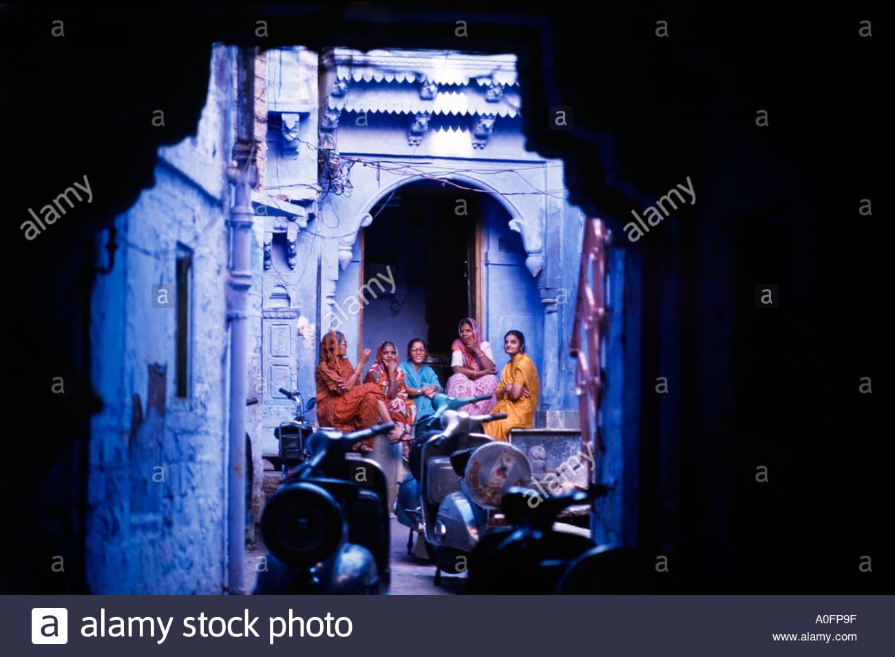 Indische Frauen chatten mit Freunden, Rajasthan, Indien Stockbild
