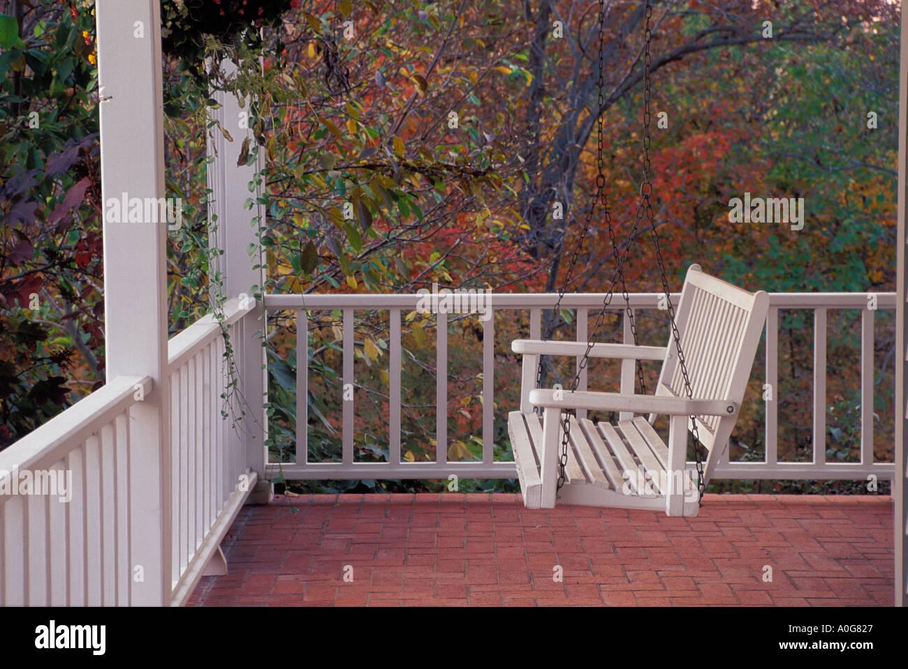 Ruhigen Veranda Schaukel Auf Traditionelles Haus Im Herbst Bereit Für Zeit  Zu Sitzen, Midwest USA
