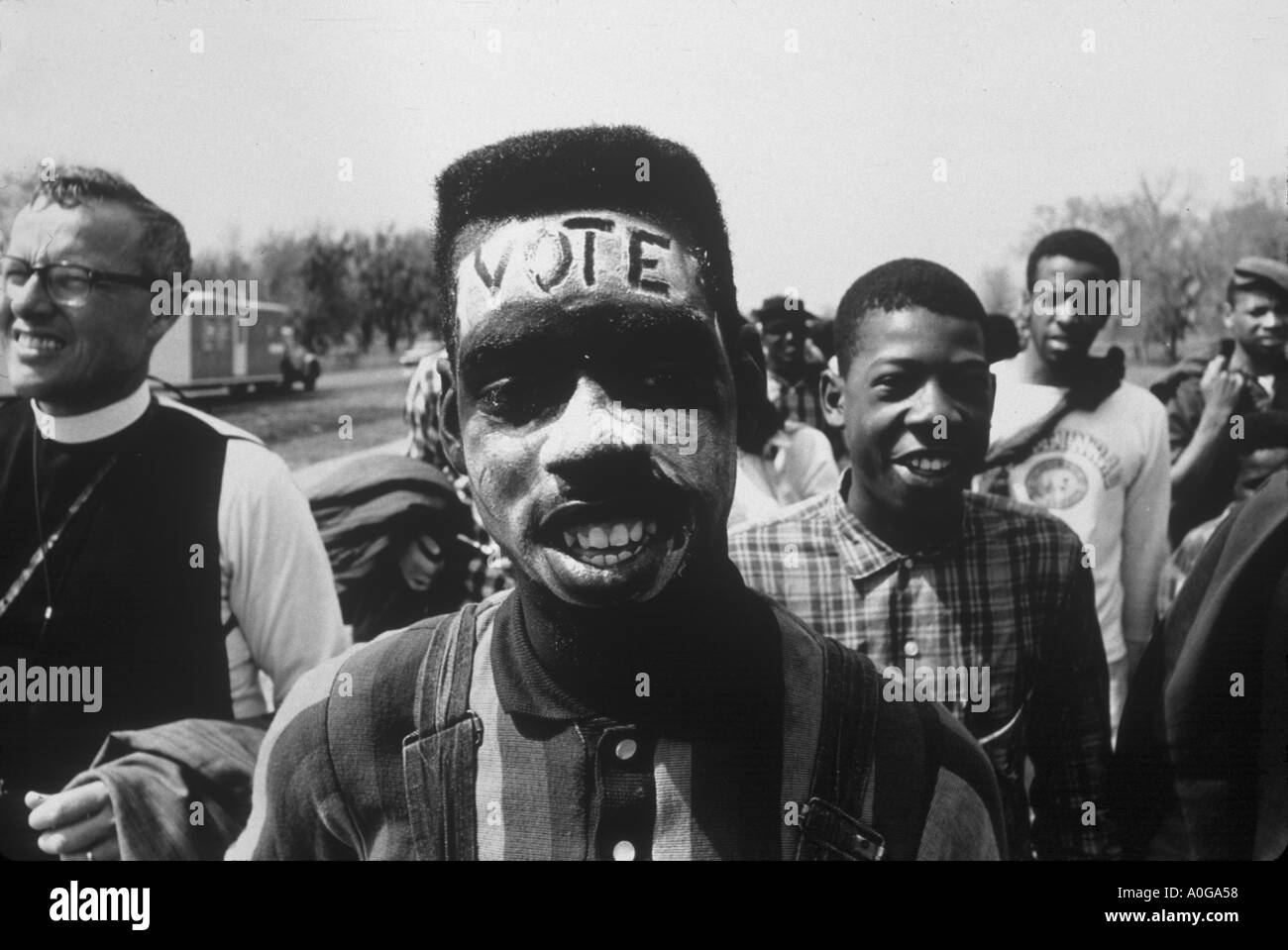 Selma, Alabama 1965 The Selma März Vote geschrieben über die Stirn eines jungen Mannes marschieren für Schwarz Stimmrechte Stockbild