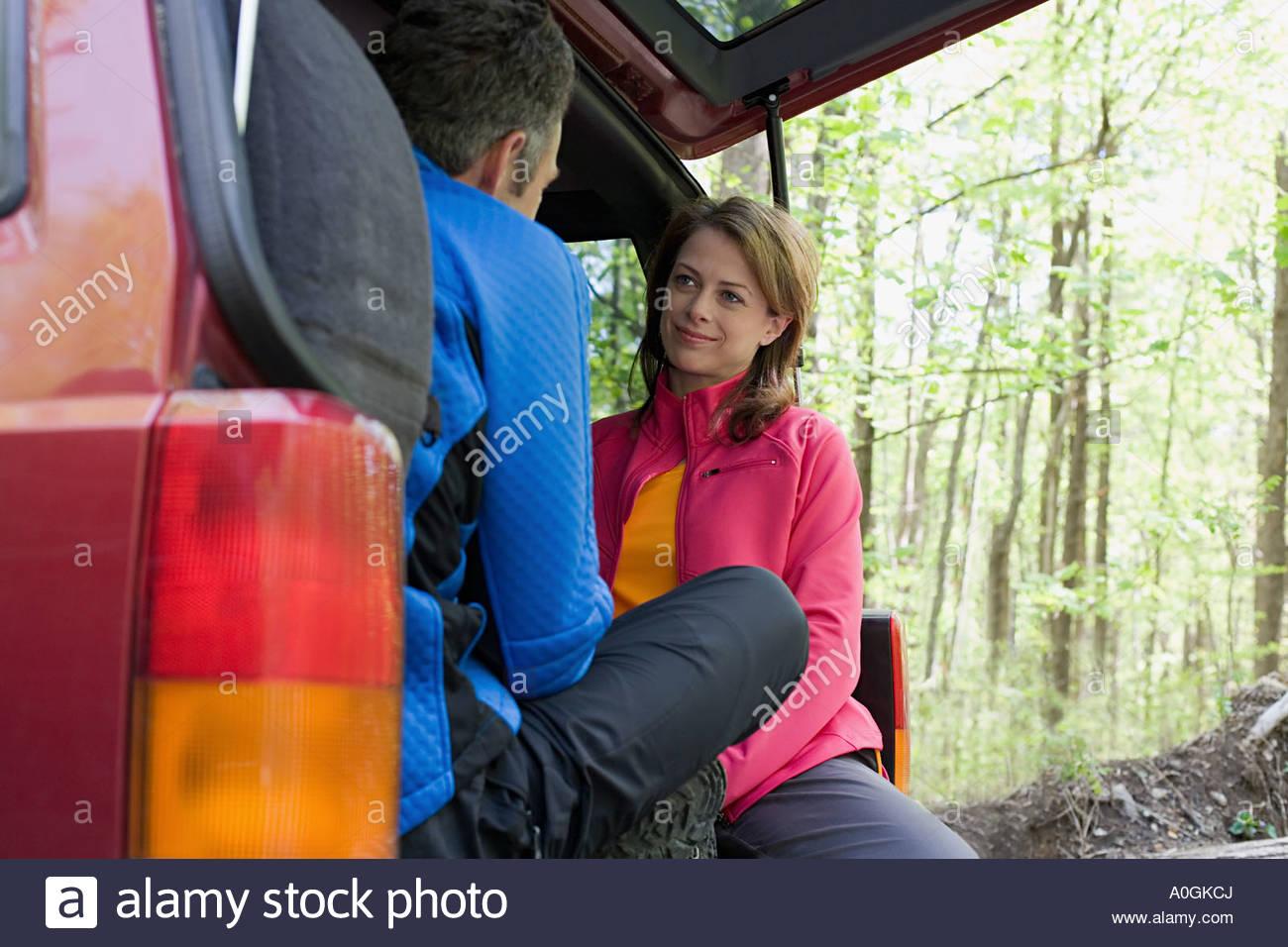 Paar, sitzen in einem off-Road Fahrzeug Stockbild