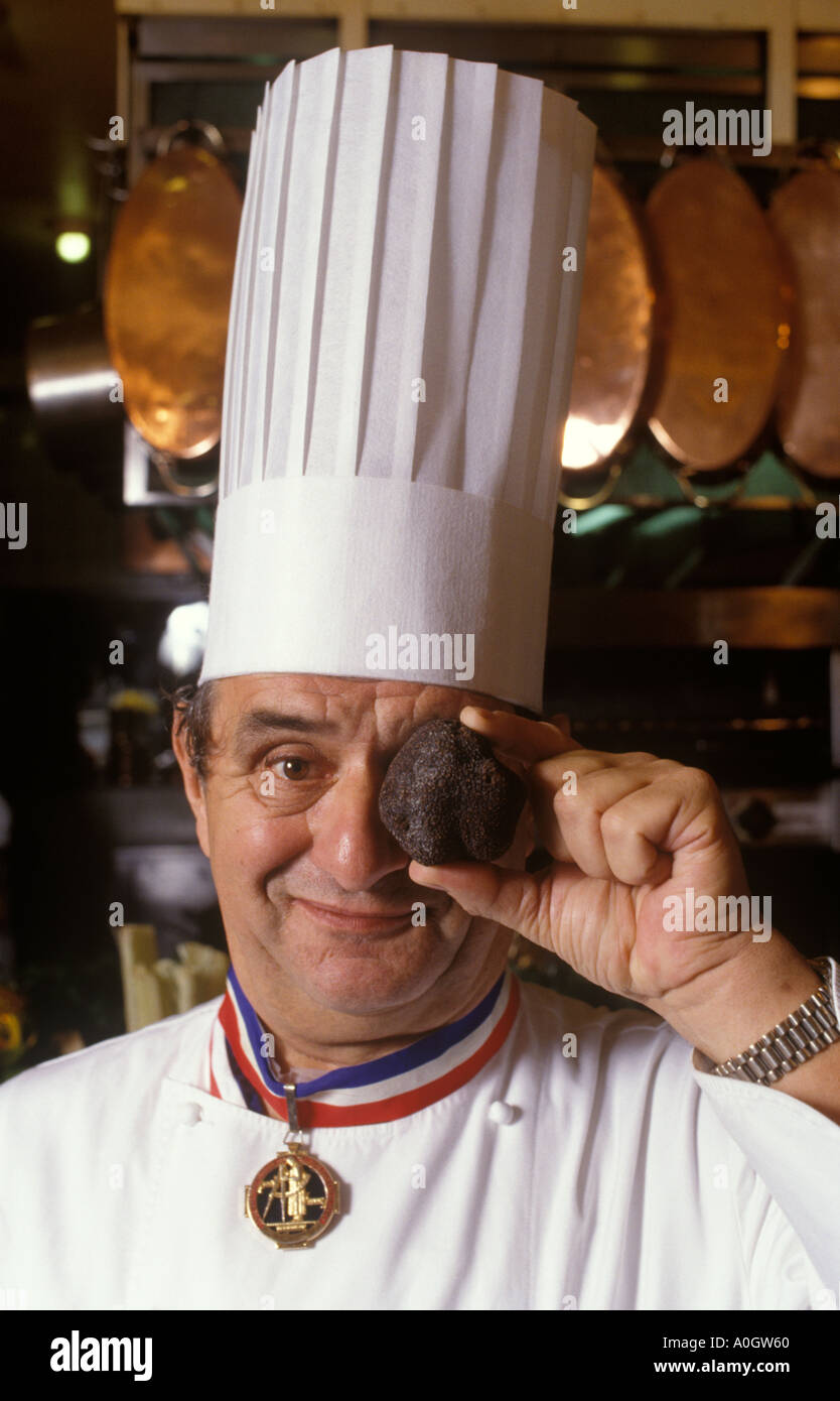 paul bocuse mit riesigen tr ffel in seinem restaurant lyon frankreich 1980 s homer sykes. Black Bedroom Furniture Sets. Home Design Ideas
