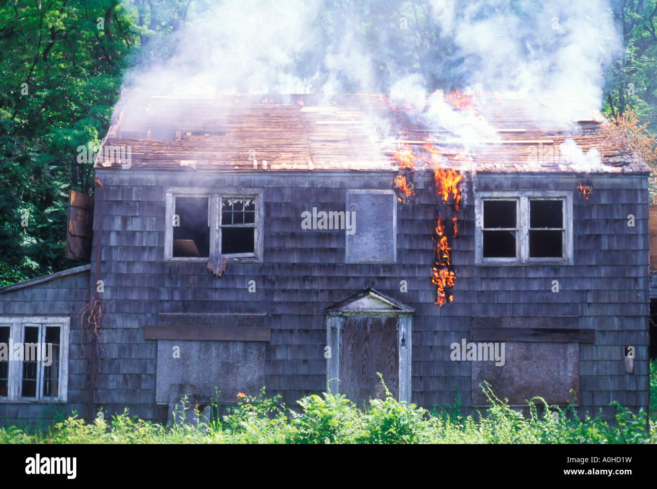 New York State brennendes Holz Rahmen Haus in Flammen, USA Stockfoto ...