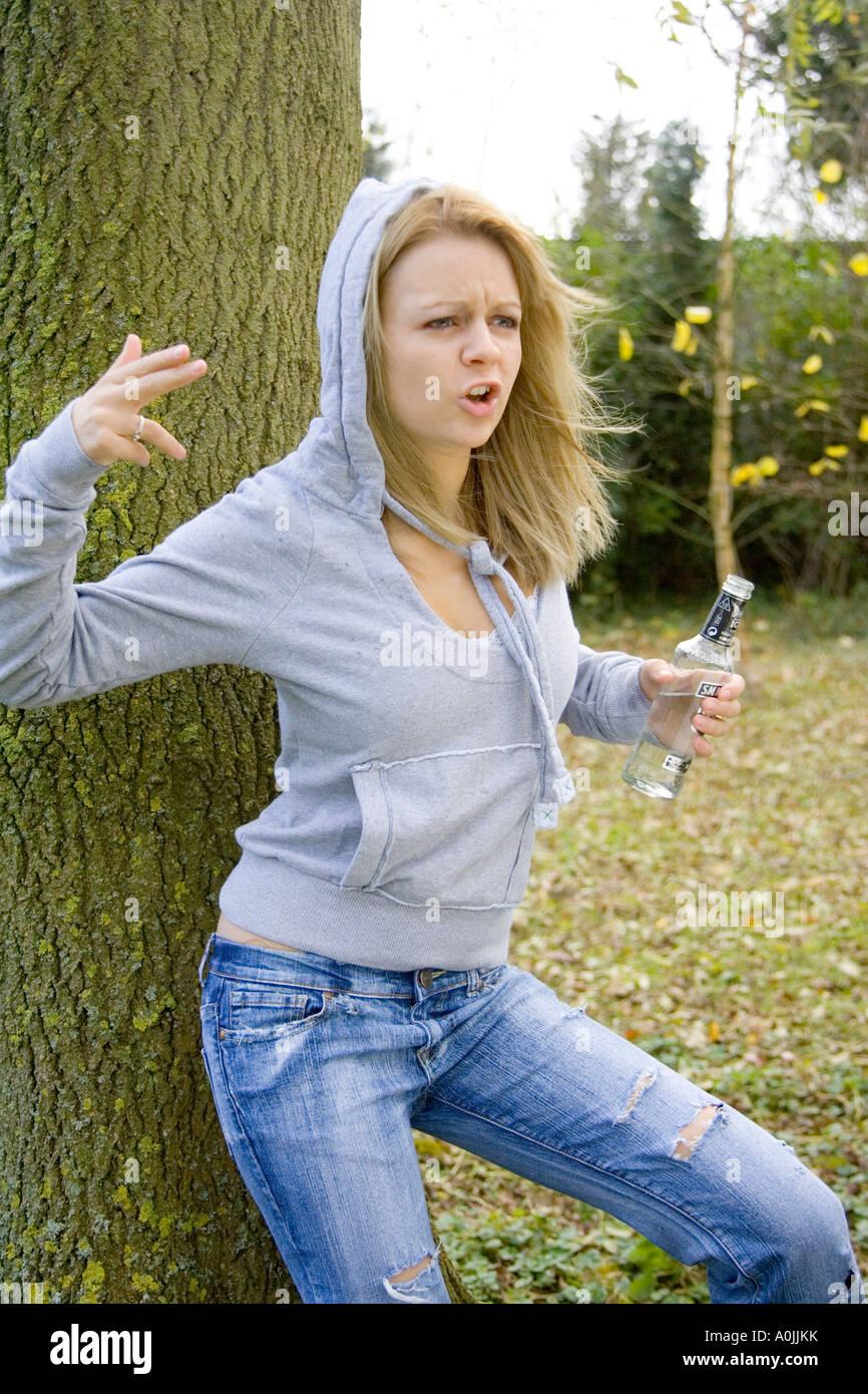 16-jährige Teenager-Mädchen außerhalb mit einer Flasche