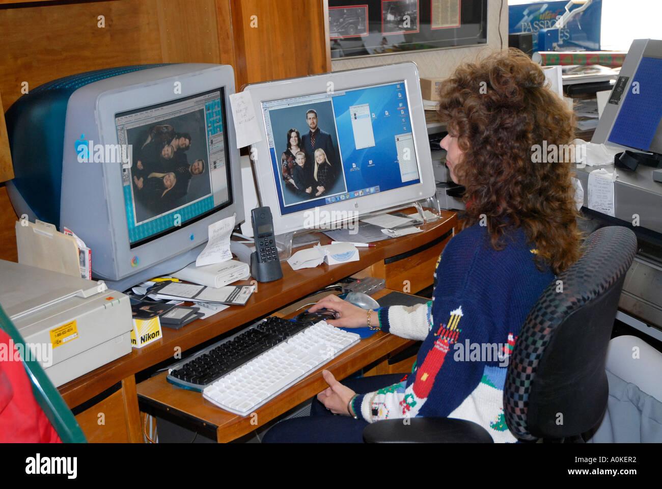 Weibchen in einem home-Office arbeitet mit grafischen auf ihrem Computer zwei Monitore zu verwenden, um mit Problemen des Workflows zu unterstützen Stockbild