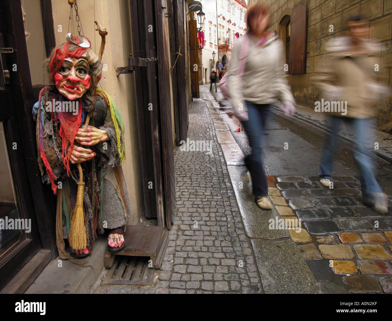 Eine Halloween-Marionette in Form einer Hexe, in einem Shop Eingang in einer gepflasterten Straße in Prag, Tschechien. Stockbild