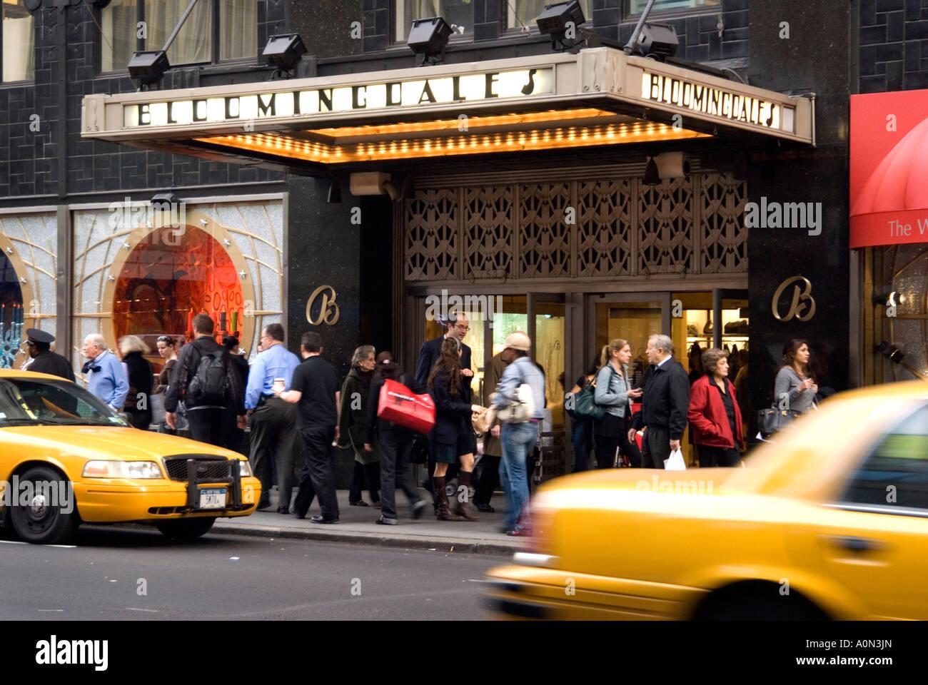 Shopper vorbei Kaufhaus Bloomingdale s in Manhattan New York USA Stockfoto