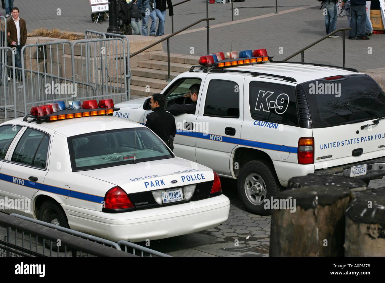 New Yorker Polizist Form spricht die k9-Hund-Abteilung ein Park Ranger Offizier auf Liberty Island Fähre Punkt NYC USA Stockbild