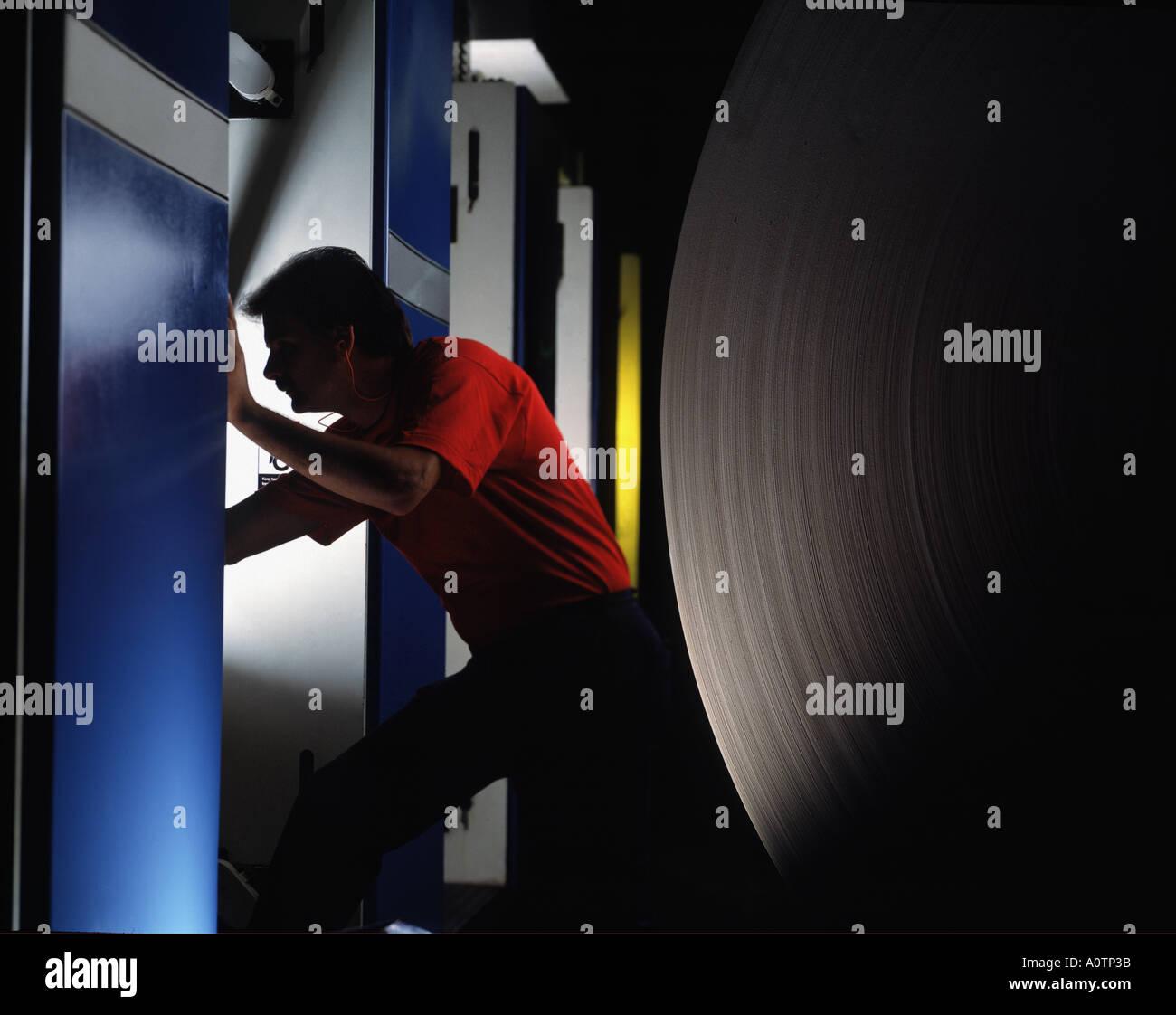 Kaukasische Pressman Kontrollstation auf Web-Druckmaschine Stockbild