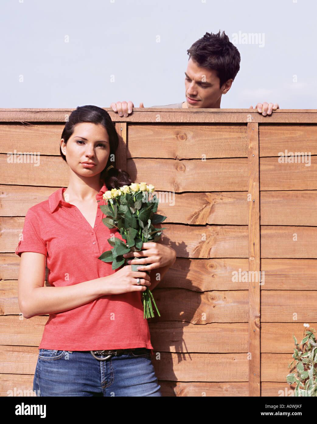 Mann sucht Frau über Gartenzaun Stockbild