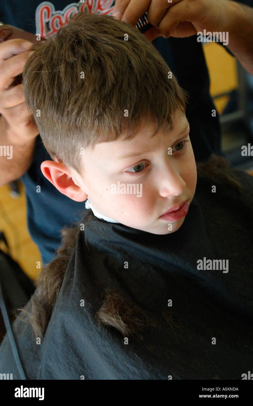 Kleiner Junge Bekommen Haare Schneiden Stockfoto Bild 3292633 Alamy