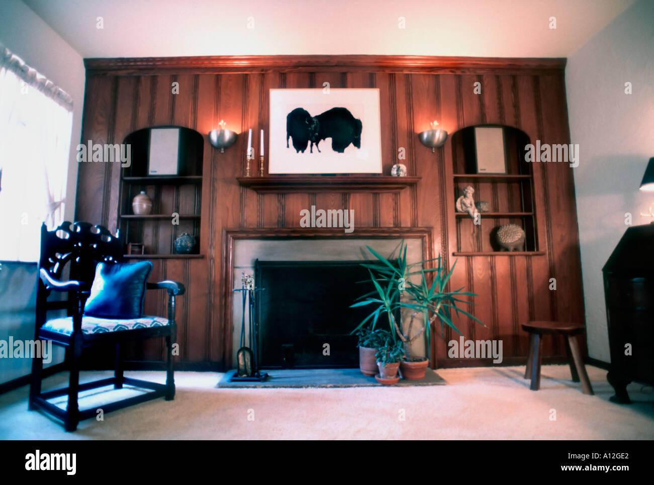 USA Amerikanische Häuser, Einfamilienhaus, Innenraum Wohnzimmer Mit  Holzvertäfelungen Kamin