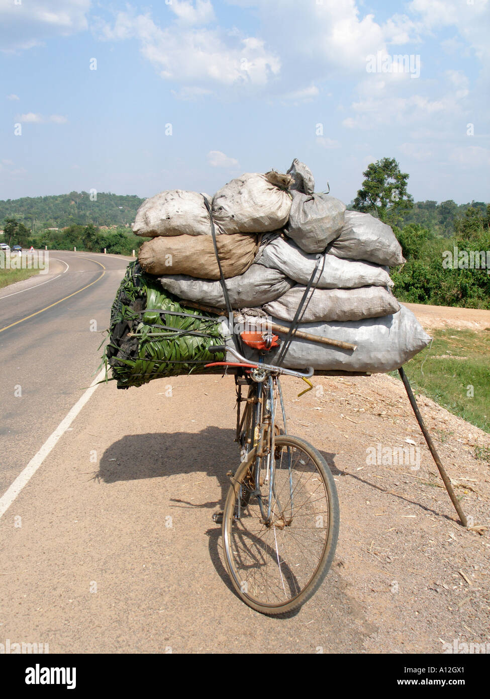 overloaded bicycle stockfotos overloaded bicycle bilder seite 2 alamy. Black Bedroom Furniture Sets. Home Design Ideas