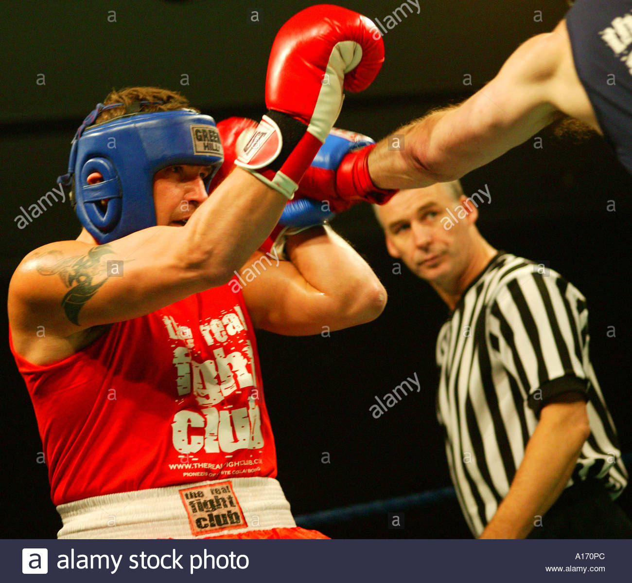 Schiedsrichter beobachten Boxer in The Real Fight Club, White Collar Boxing, Grosvernor Square, London, England. Stockbild