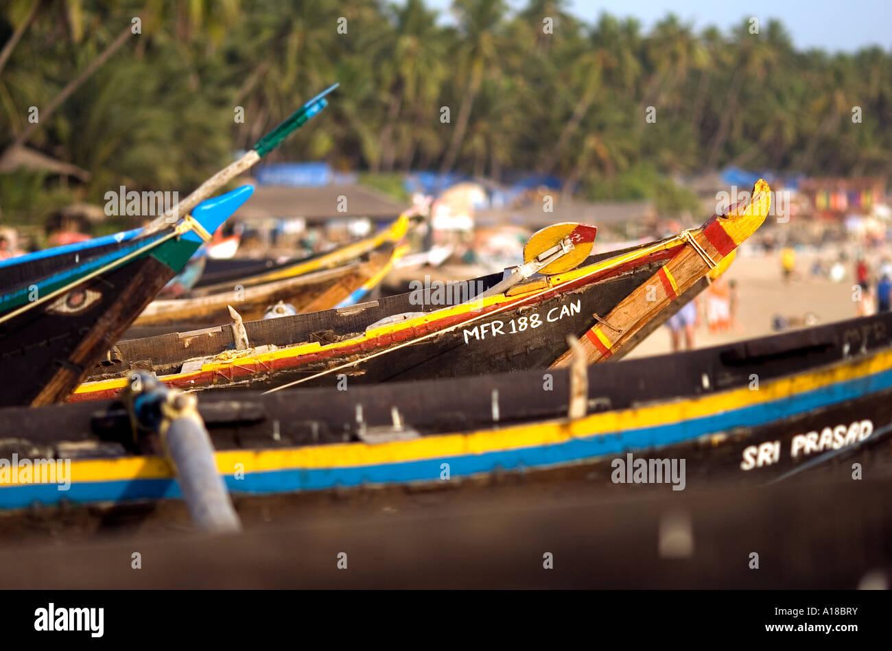 Bunte hölzerne Fischerboote in schönen Nachmittag Licht auf Palolem Beach, Goa im Süden von Indien. Stockfoto