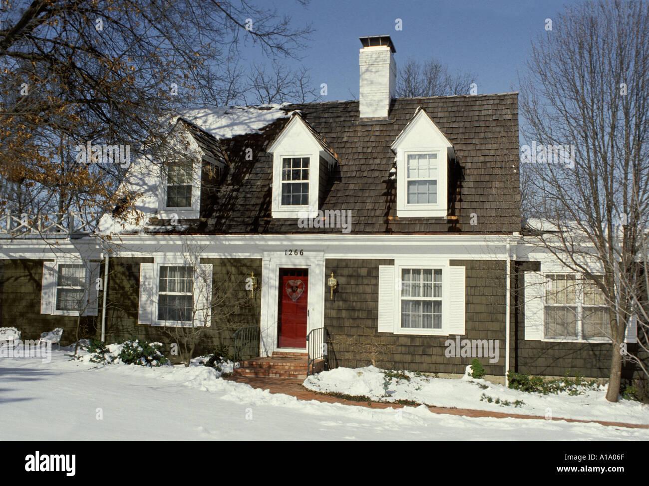Cape Cod Stilhaus aus Holz schüttelt, Haus und Weg im Winter vier ...