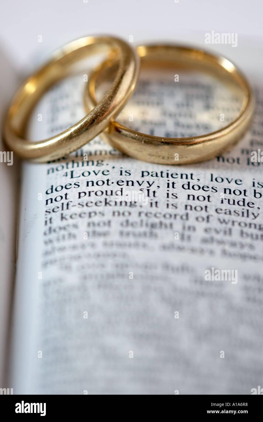 Zwei Goldene Hochzeit Ringe Liegen Auf Eine Aufgeschlagene