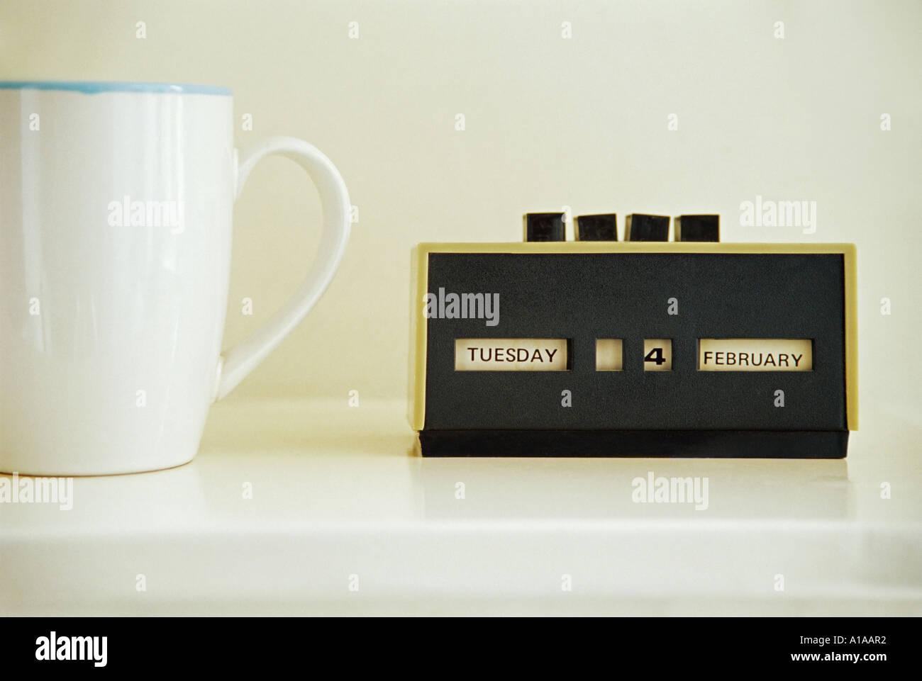 Kaffeetasse und Retro-Kalender Stockbild