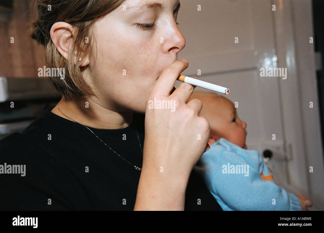 Frau Rauchen in der Küche Stockbild
