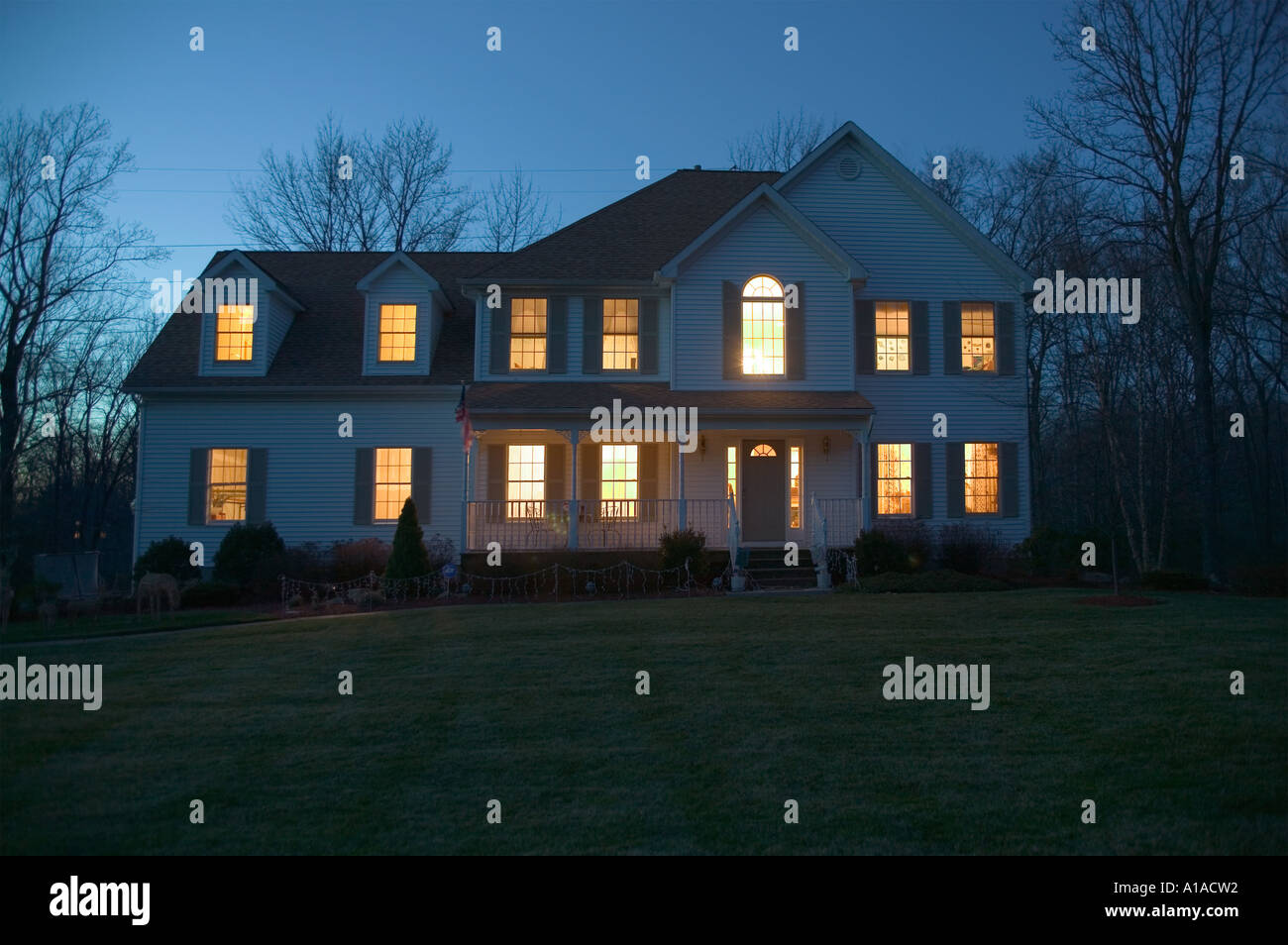Im Freien Schuss eines Einfamilienhauses in der Nacht Stockbild