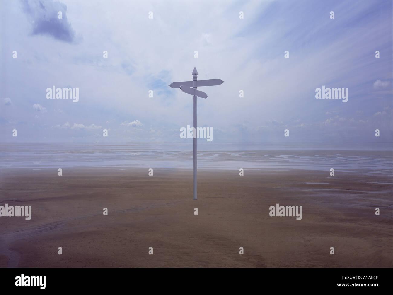 Wegweiser auf riesigen leeren Strand Stockbild