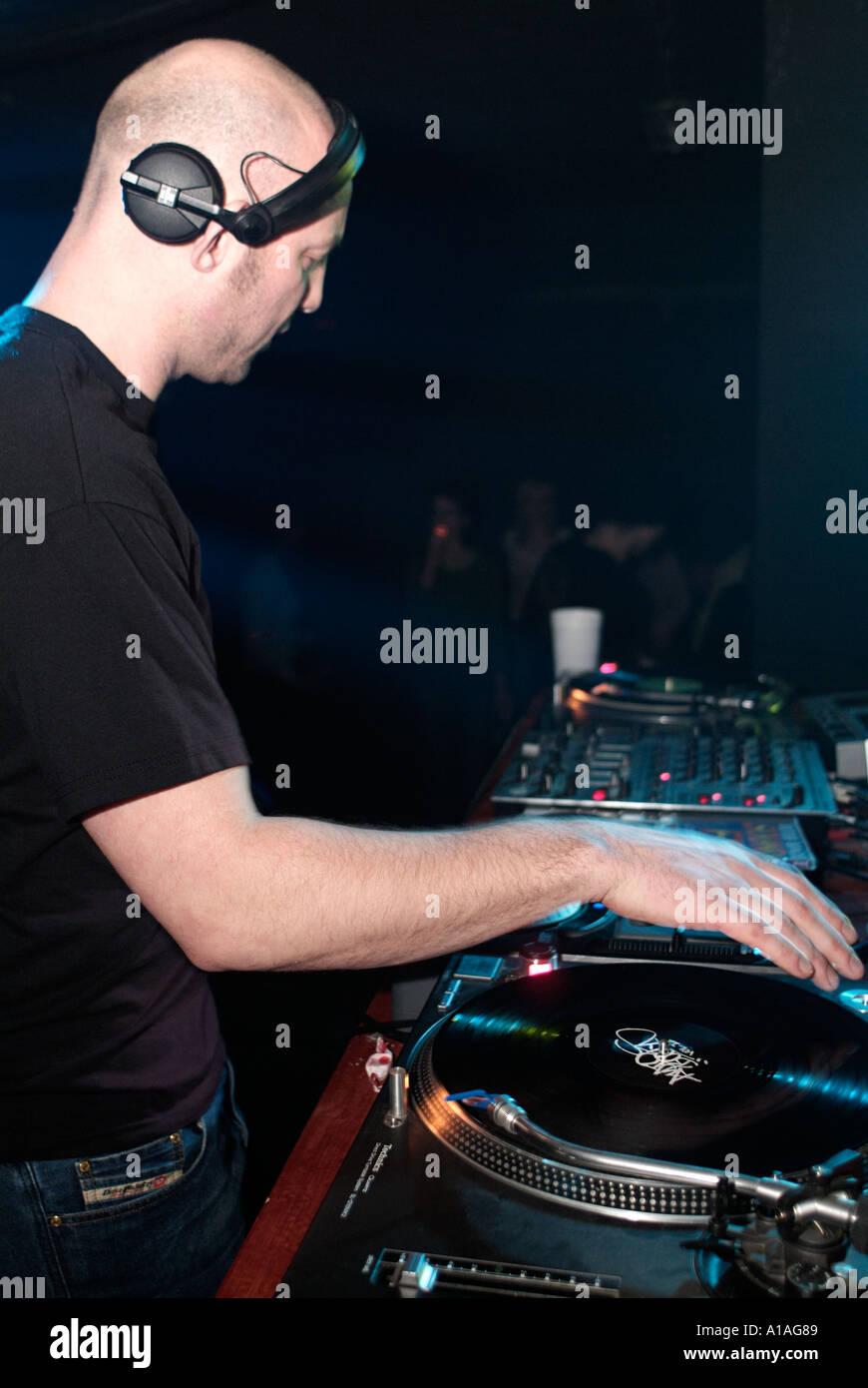 DJ-Tomislav einen Satz in einem Club spielen Stockbild