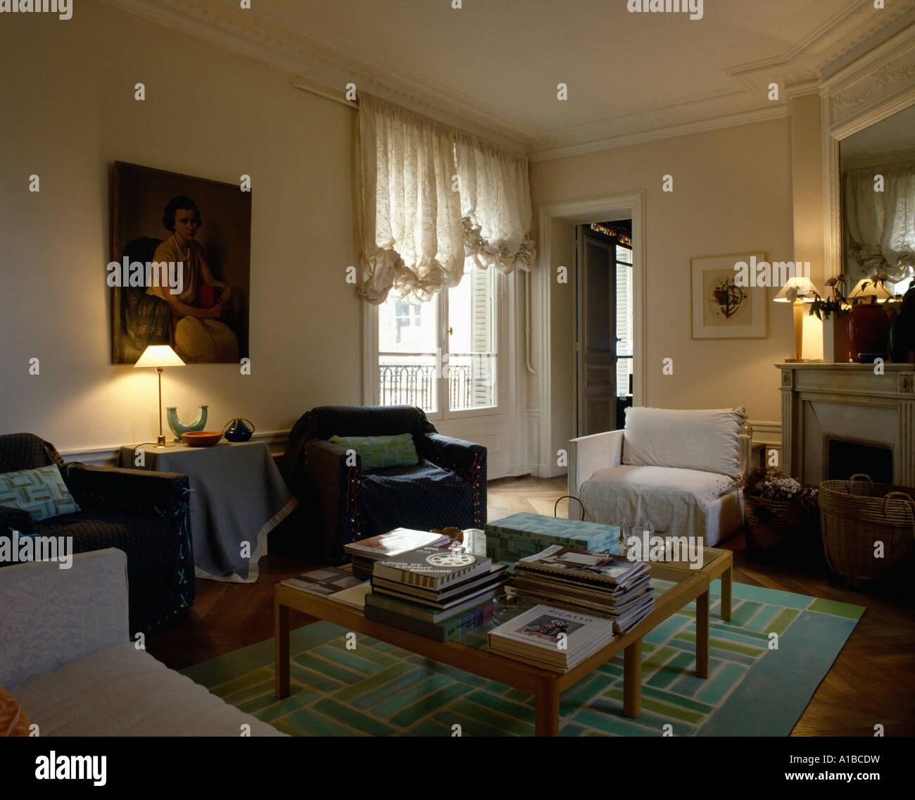Hohe Fenster brennende len in wohnzimmer mit schwalbenschwanz auf hohe fenster