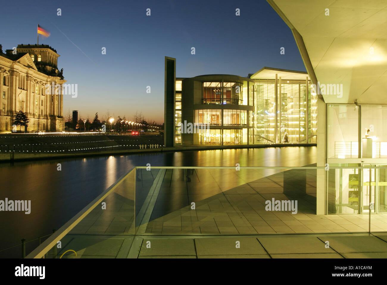 Band des Bundes mit Und Marie-Elisabeth-Lueders Reichstagsgebäude und Paul-Loebe-Haus im Hintergrund, Deutschland, Stockbild