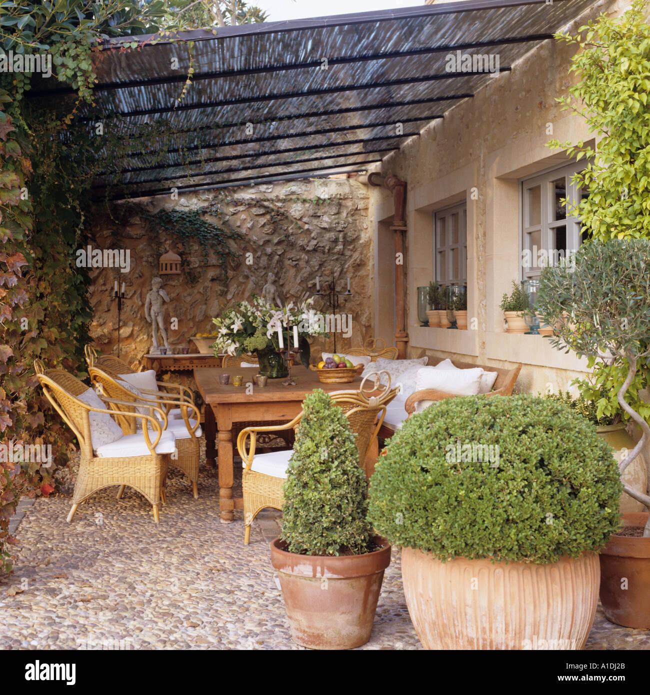 Terrasse mit Rattanmöbel und Topfpflanzen in Mallorca ...