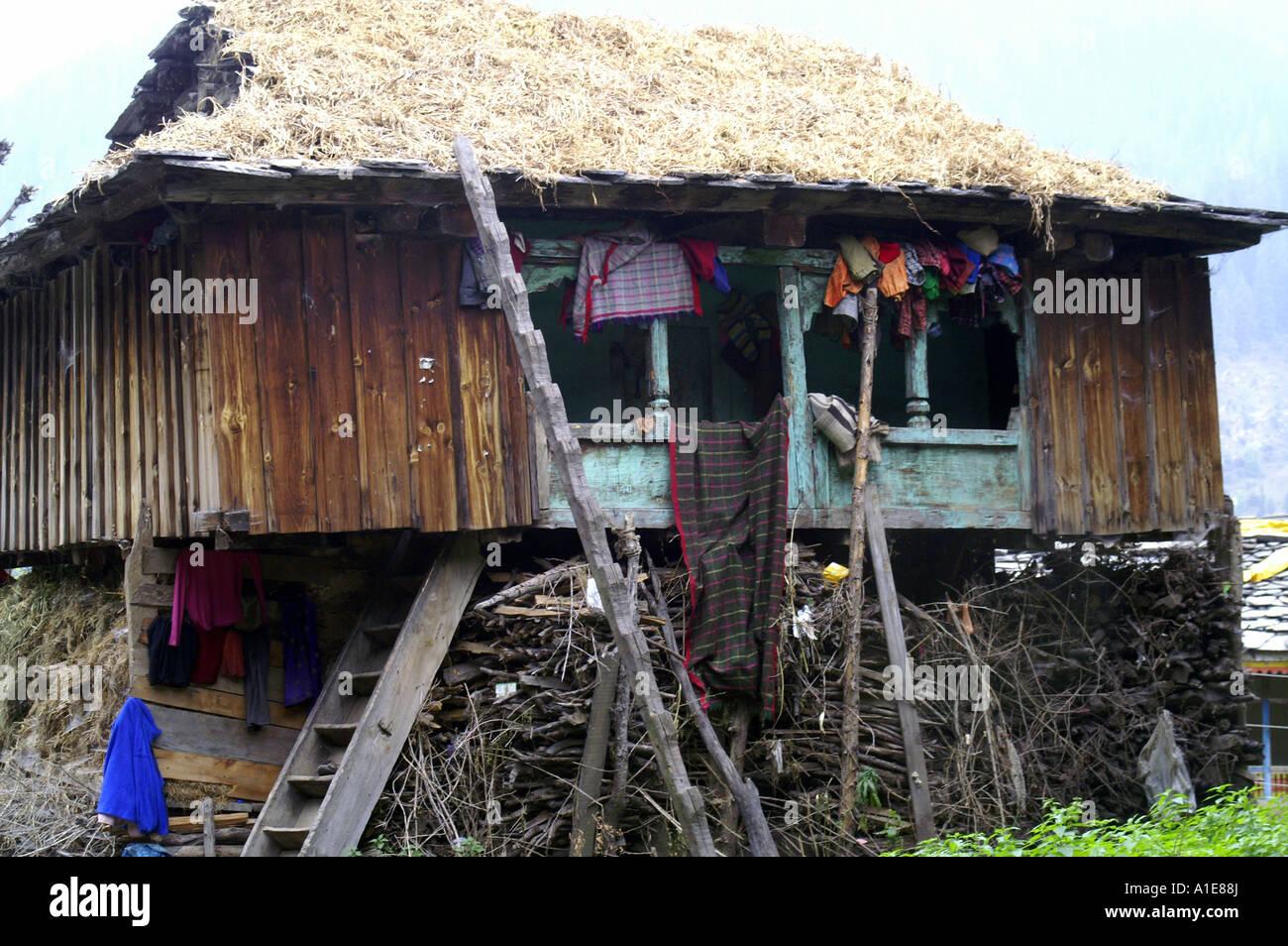Typisches kleines Holzhaus wohnen im Dorf Malana, Nordindien ...