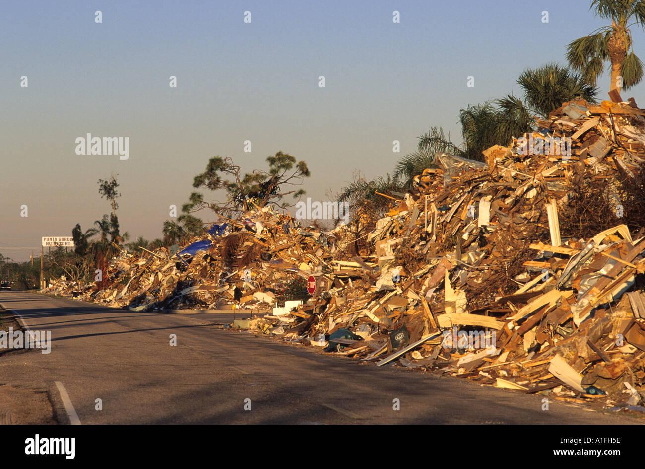 Schmutz vom Hurrikan Charlie aufgetürmt entlang der Straße in Punta Gorda, Florida Stockbild
