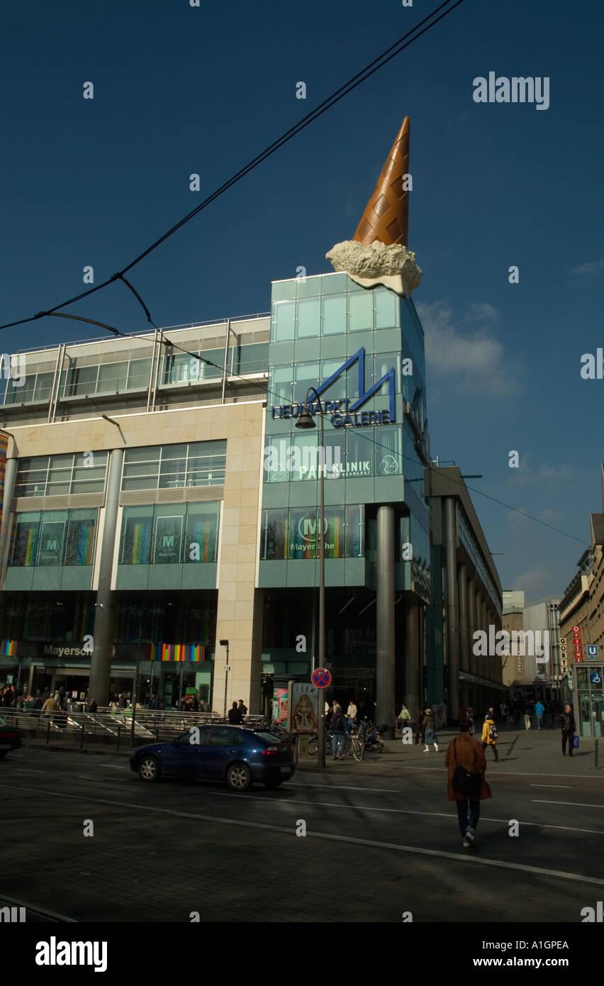 Popart in Form von Eis auf einem Gebäude von Claes Oldenburg ...