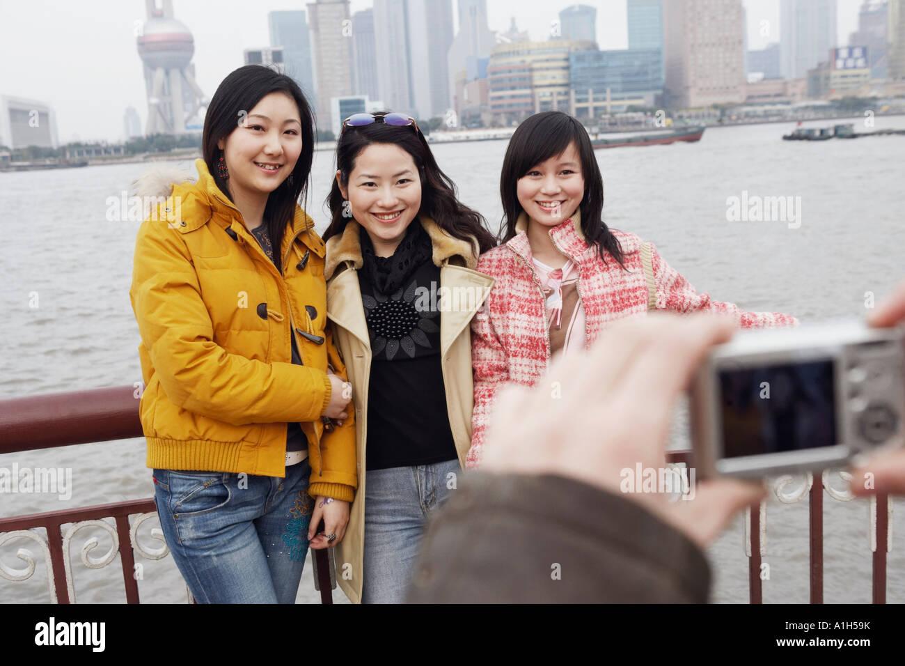 Drei junge Frauen posieren Stockbild