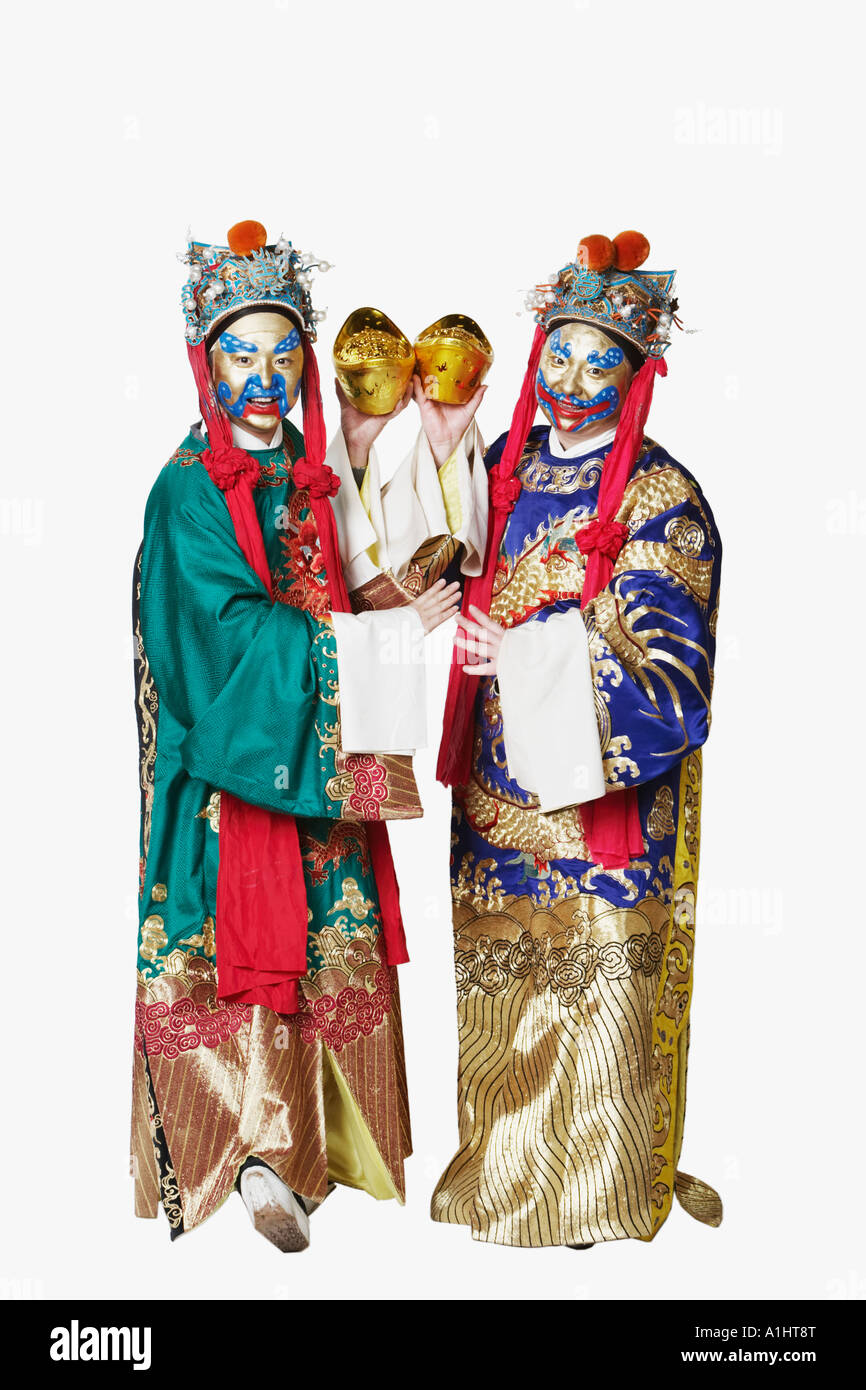 Porträt von zwei männliche chinesische Oper-Darsteller halten Schalen voller Goldmünzen Stockbild