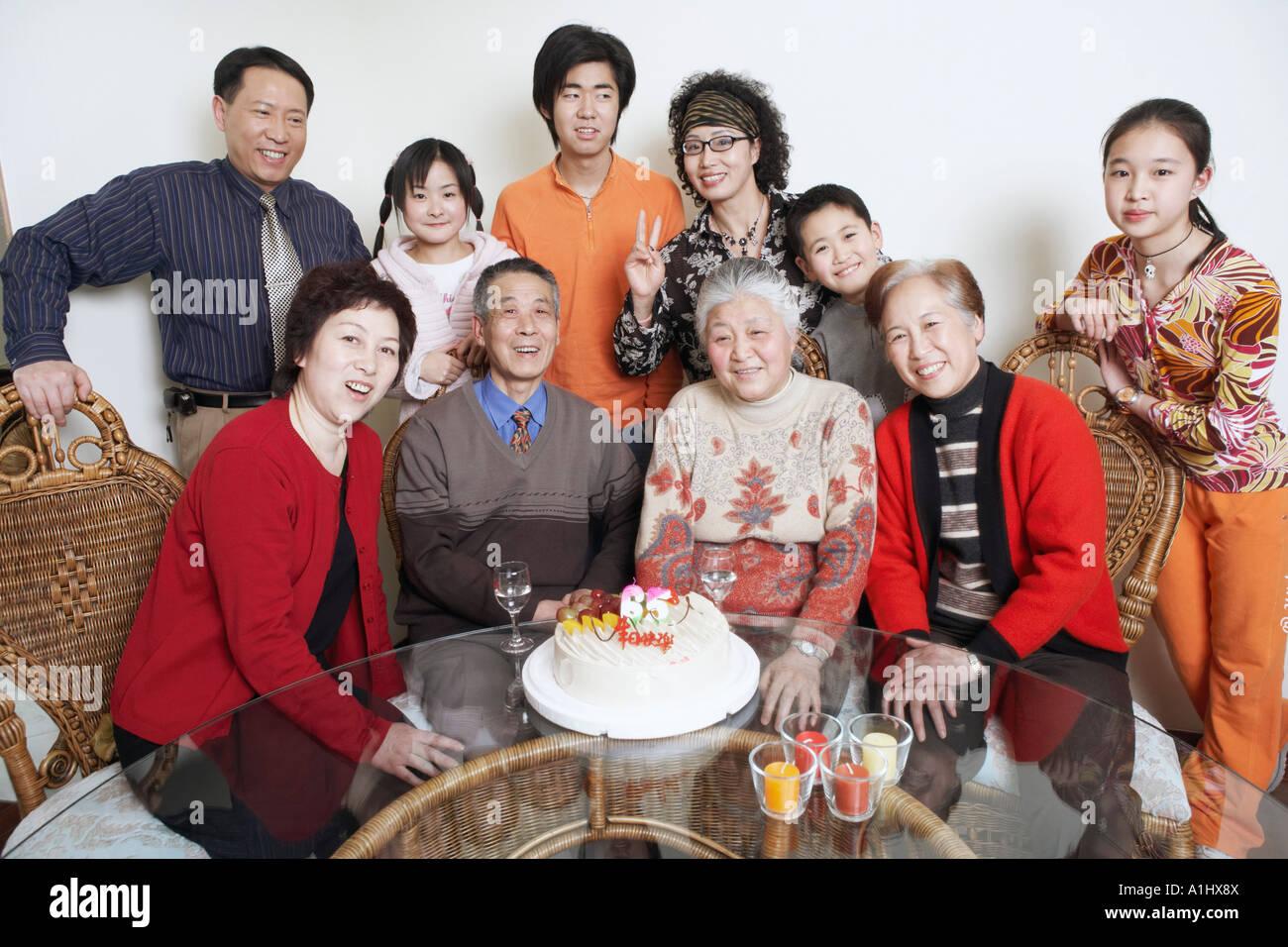 Porträt einer Familie bei einer Geburtstagsparty Stockbild