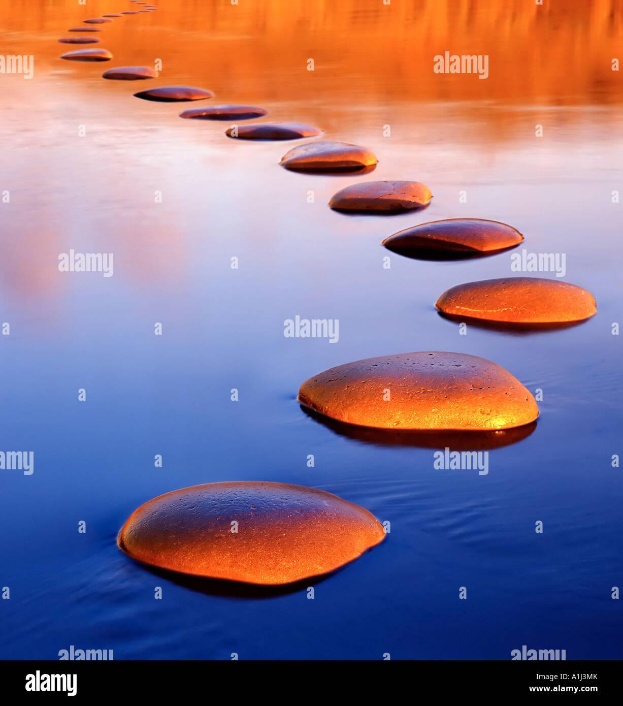 Trittsteine bieten eine sichere Passage durch tiefes Wasser Stockbild