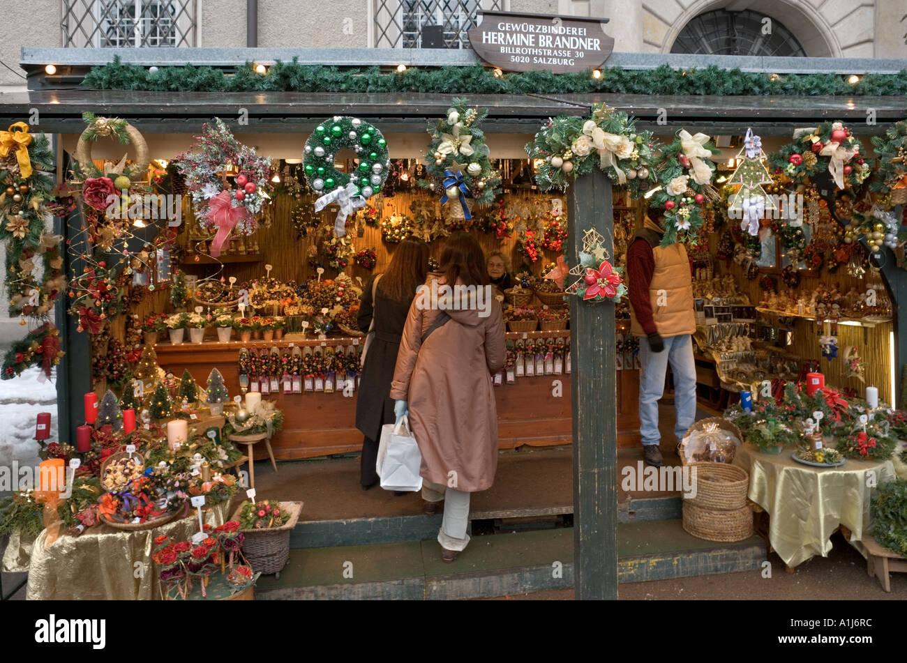 Stand auf dem Weihnachtsmarkt in Domplatz (Domplatz), Altstadt (Altstadt), Salzburg, Österreich Stockbild