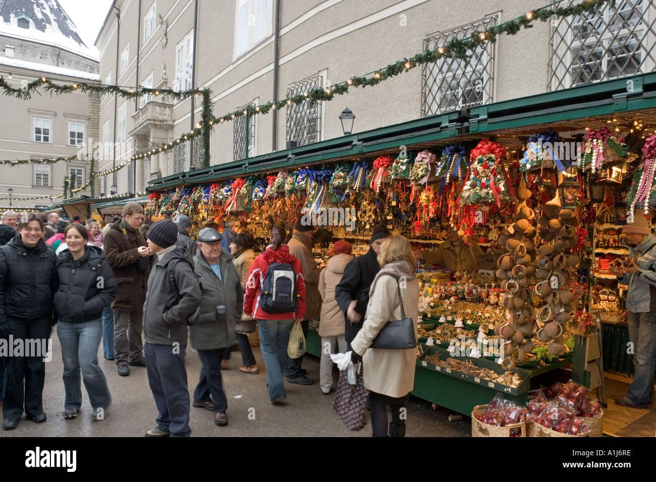 Stände auf dem Weihnachtsmarkt in Domplatz (Domplatz), Altstadt (Altstadt), Salzburg, Österreich Stockbild