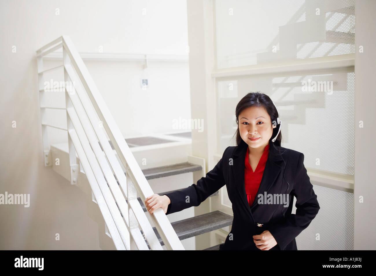Porträt von einem weiblichen Kundendienstmitarbeiter einen Kopfhörer tragen und lächelnd Stockfoto