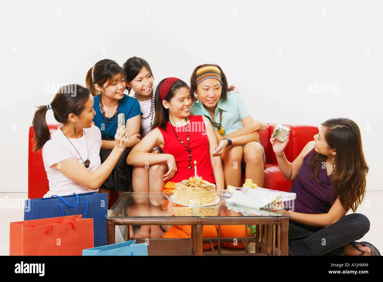 Junge Frau feiern ihren Geburtstag mit ihren Freunden Stockbild