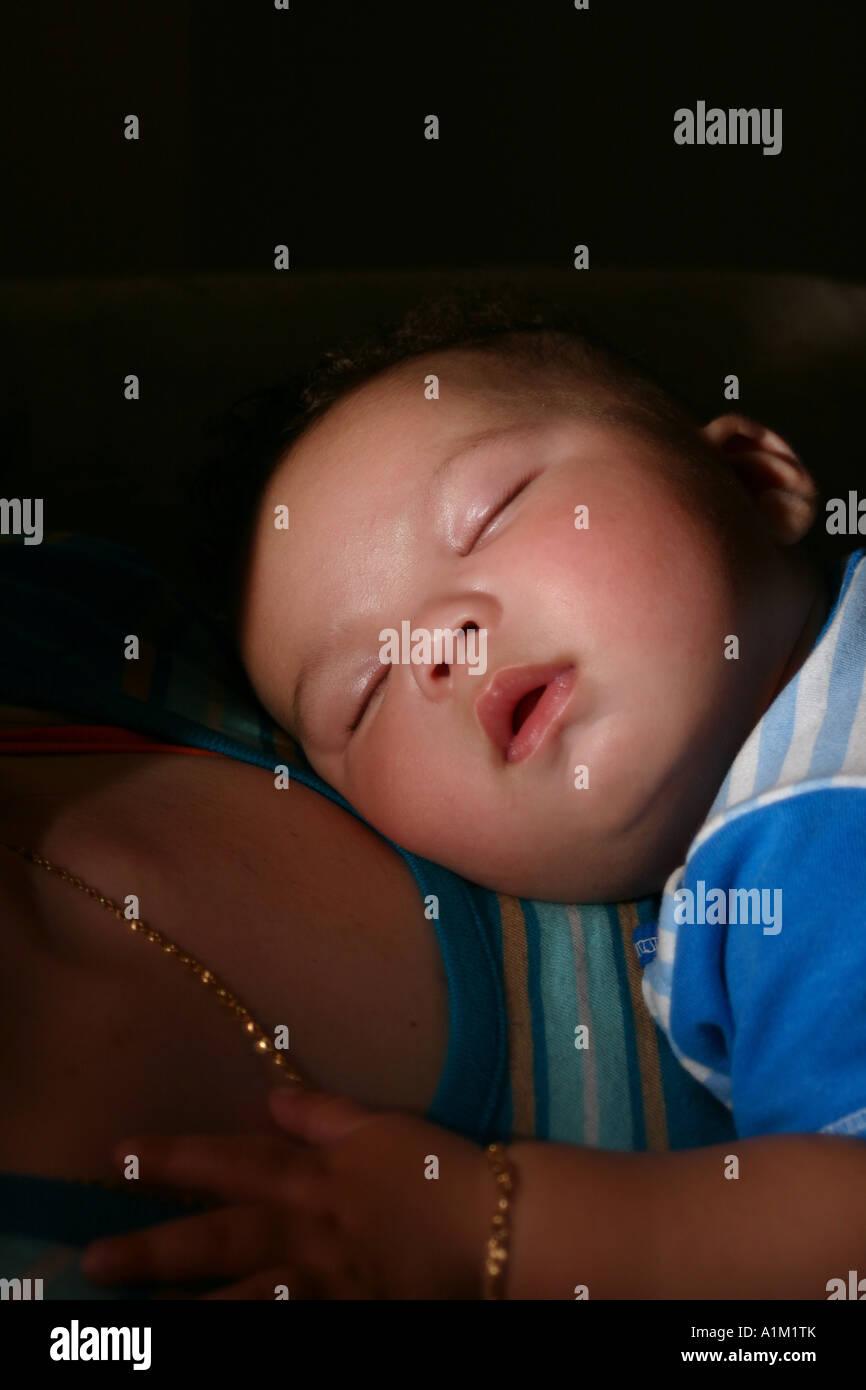 Baby Schläft Auf Mütter Brust Stockfoto Bild 10286706 Alamy