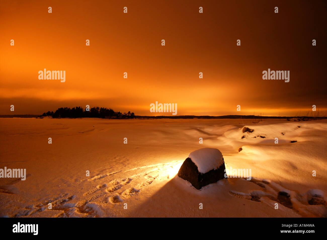 Winternacht auf der Insel Brattholmen in den See Vansjø, Råde Kommune, Østfold Fylke, Norwegen. Stockbild