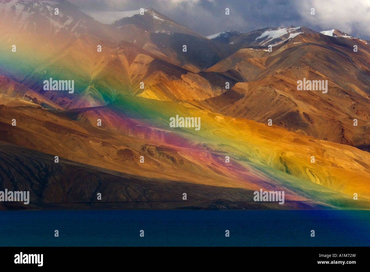 Regenbogen über See Tso Moriri, Ladakh, Indien Stockbild