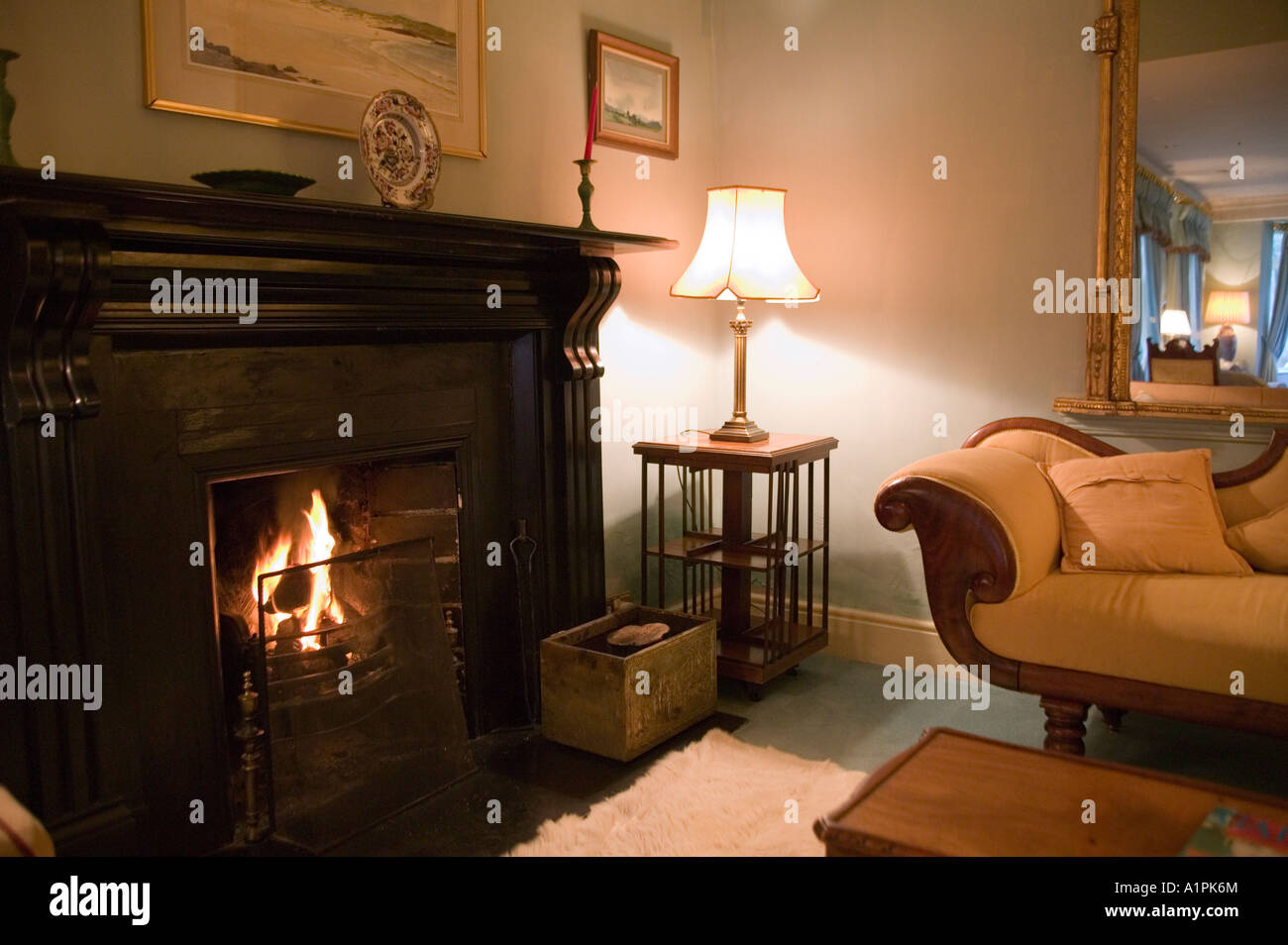 Einen gemütlichen Kamin im Wohnzimmer des Rock Glen Hotels in ...