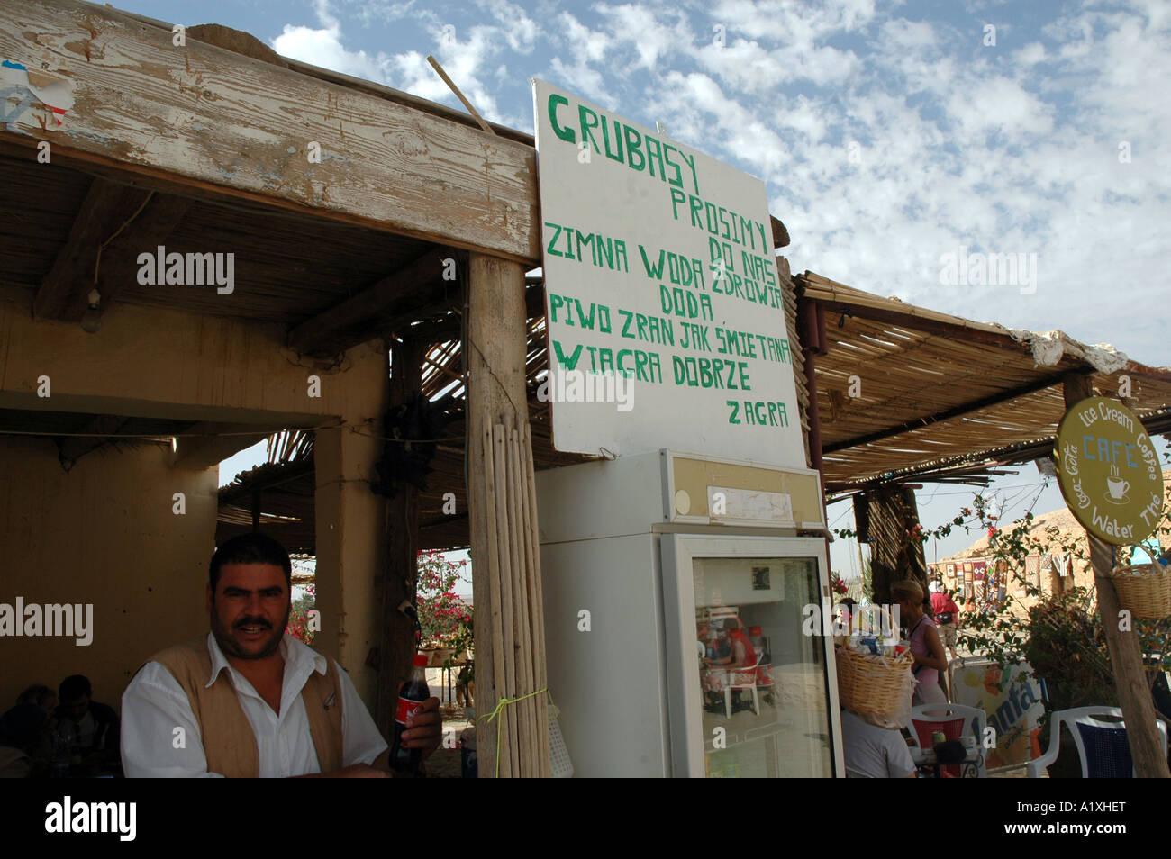 Mann verkaufte Wasser und Getränke im Stall in der Oase Chebika in ...